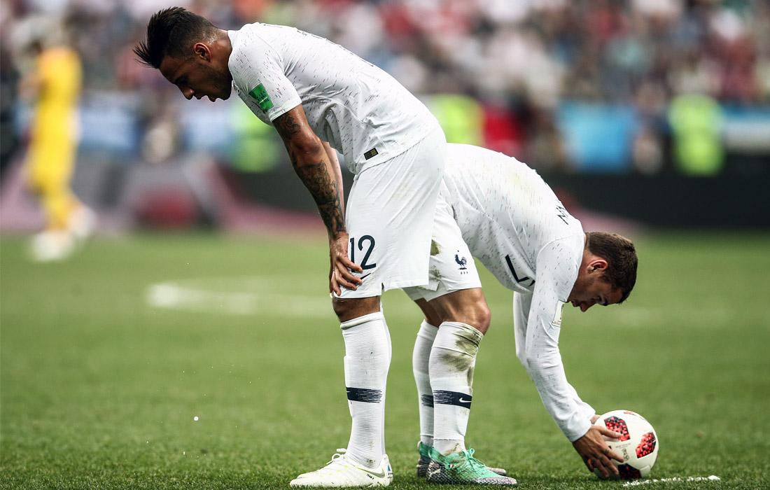 Игроки сборной Франции Корентен Толиссо и Антуан Гризманн (слева направо) в матче 1/4 финала против Уругвая (2:0)