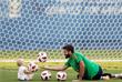 Вратарь сборной Бразилии Алисон Беккер с дочерью во время тренировки