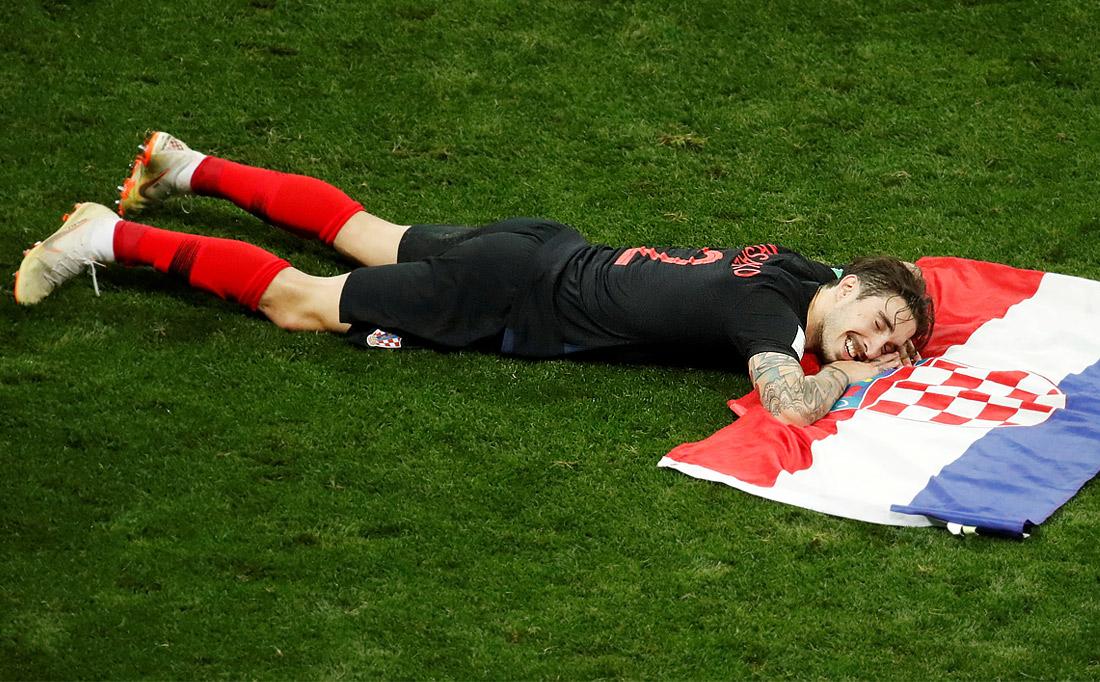 Игрок сборной Хорватии Шиме Врсалько радуется победе в полуфинальном матче над Англией (2:1)