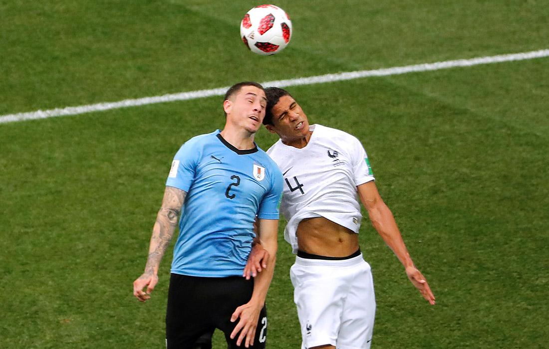 Уругвайский футболист Хосе Мария Хименес и француз Рафаэль Варан в матче 1/4 финала (Франция победила - 2:0)