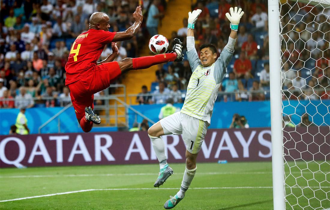 Бельгийский футболист Венсан Компани и вратарь сборной Японии Эйдзи Кавасима в матче 1/8 финала (3:2 в пользу Бельгии)