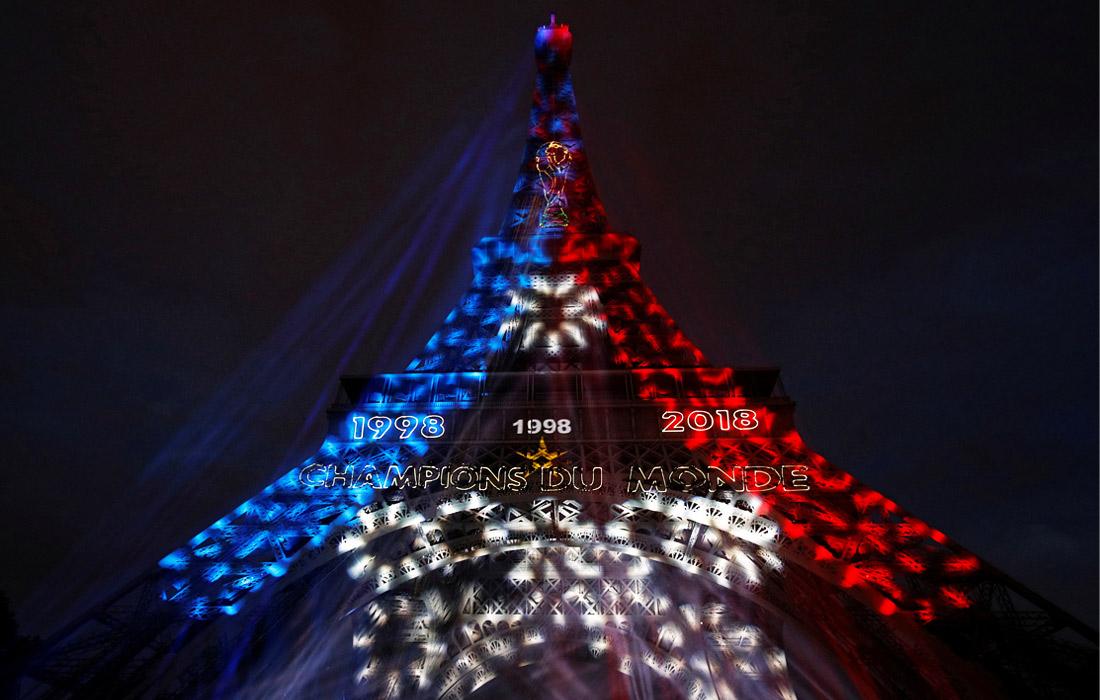 Эйфелева башня в Париже подсвечена в цвета французского флага