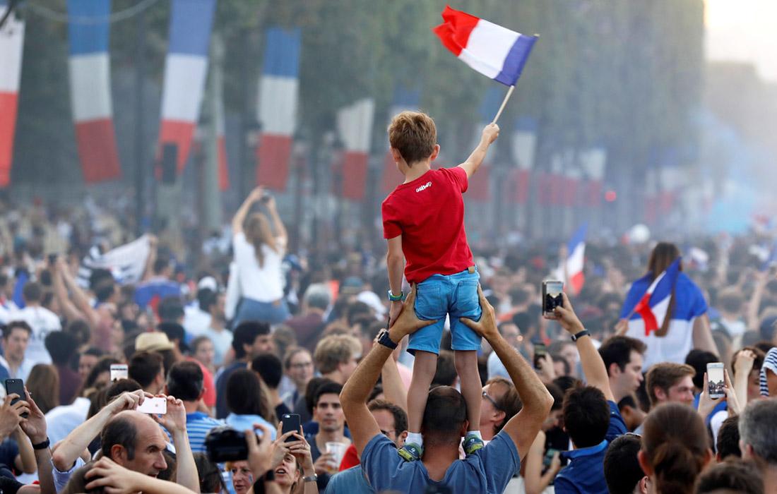 Фанаты французской сборной на Елисейских полях