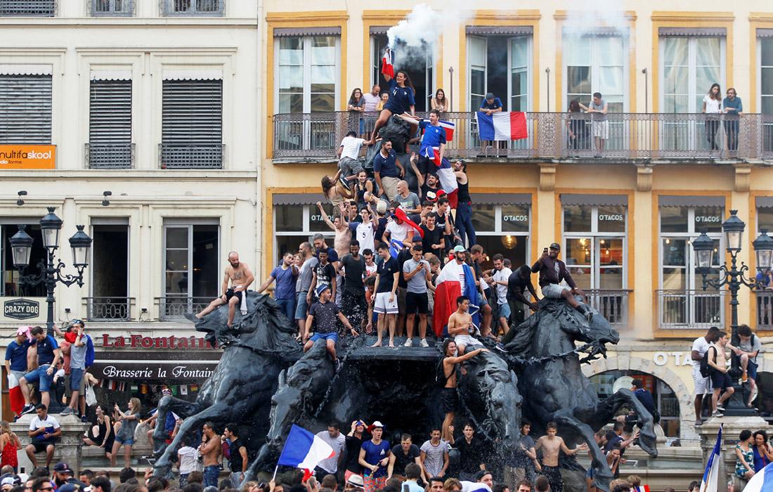 Французы отмечают победу в Лионе