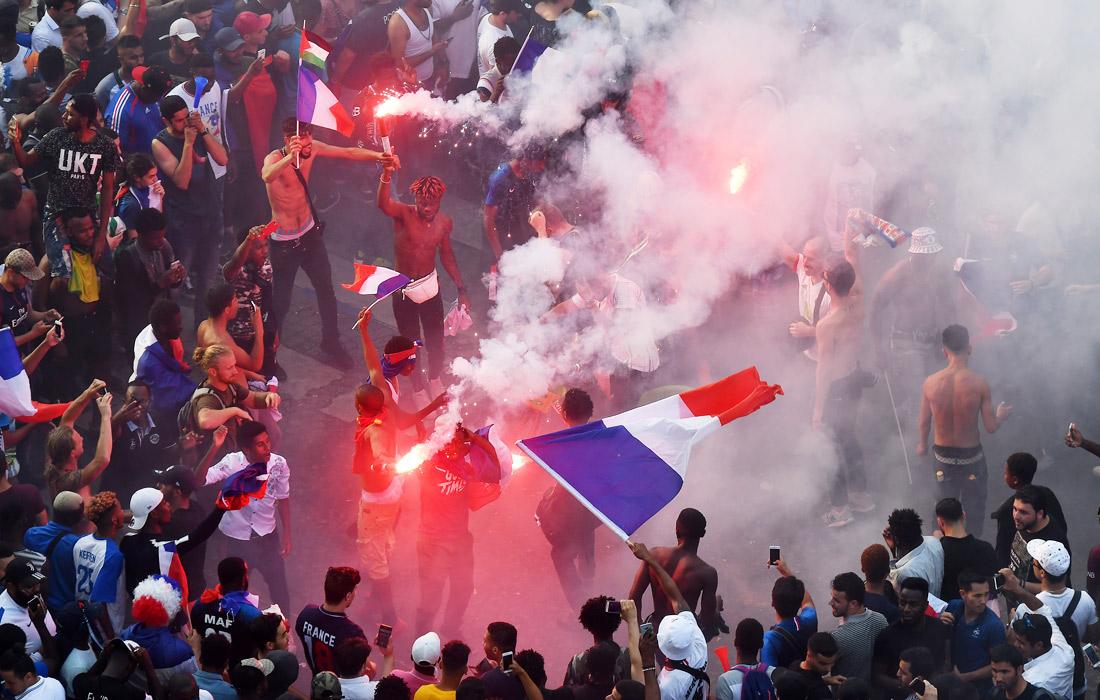 Болельщики празднуют победу сборной в Париже