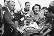 Аргентинец Хуан Мануэль Фанхио стал первым, кто выиграл чемпионат мира пять раз; его рекорд по числу титулов держался десятилетиями. Дата съемки - июль 1957 года.