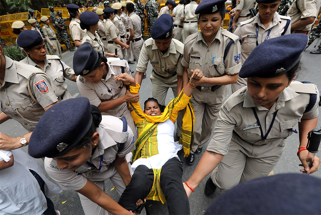 В Нью-Дели жители вышли требовать от властей защиты из-за разразившейся вспышки энцефалита, унесшей жизни 150 детей в штате Бихар