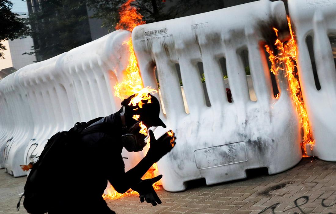 Новой волной насилия закончился очередной марш оппозиции в Гонконге, требующей расследования действий полиции во время разгона манифестаций. Люди вновь вышли на улицы вопреки официальному запрету. Полиция Гонконга использовала водяные пушки и слезоточивый газ во время протестующих, которые бросали коктейли Молотова и кирпичи возле правительственных зданий.