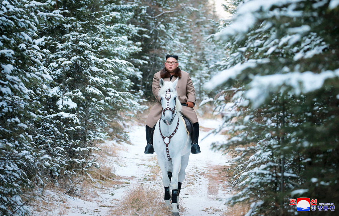 Лидер КНДР Ким Чен Ын верхом на белом коне поднялся на вершину священной для корейцев горы Пэктусан