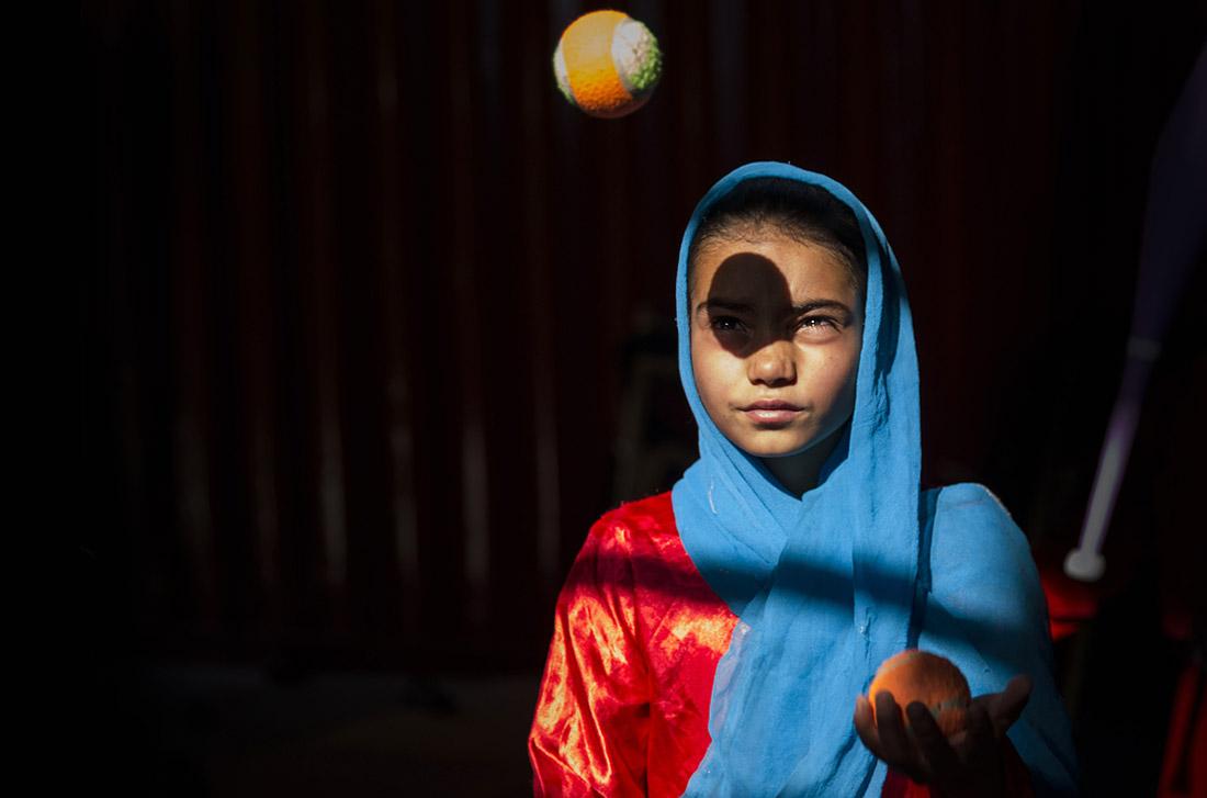 Молодая беженка учится цирковому искусству. Провинция Герат, Афганистан.
