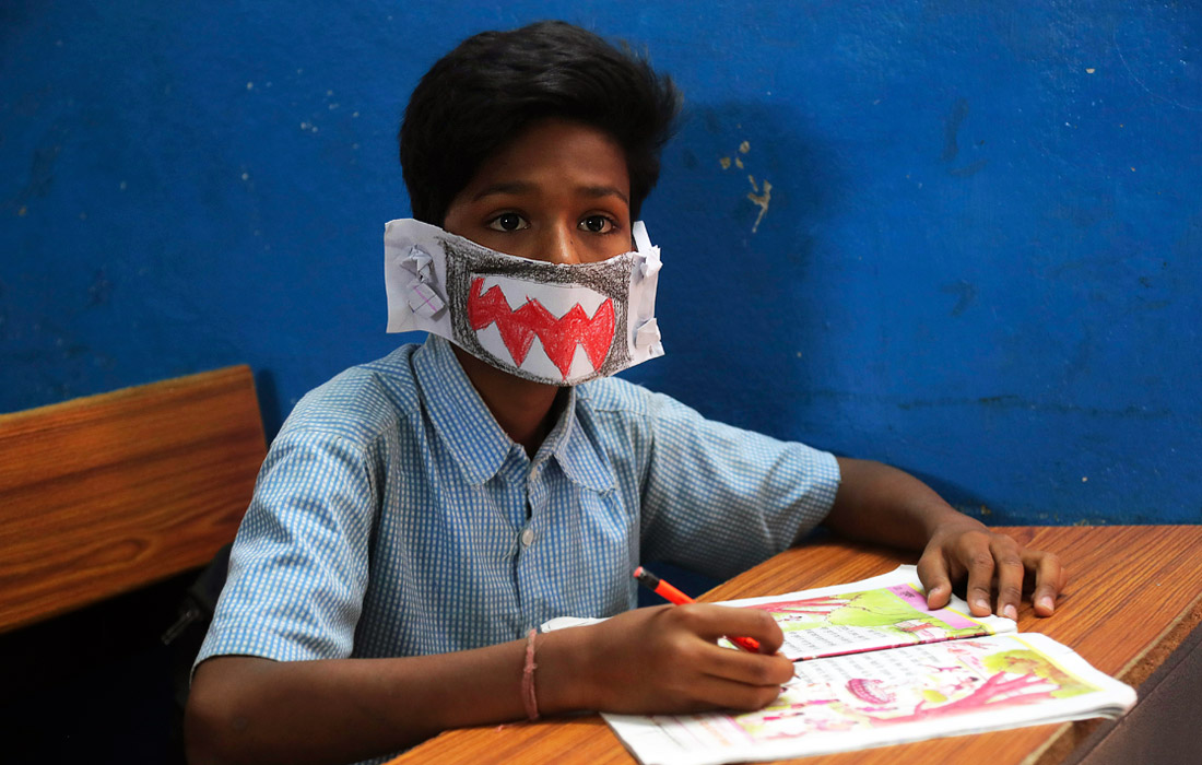 5 марта. В Индии школьники мастерят самодельные маски для защиты от коронавируса