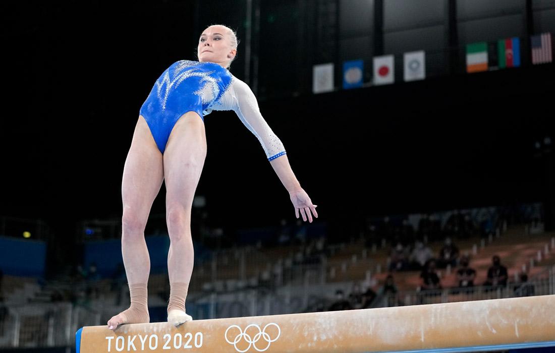 Российская гимнастка Ангелина Мельникова упала с бревна во время выступления в командном многоборье