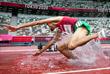 Марокканский спортсмен падает во время забега на 3000 метров с препятствиями