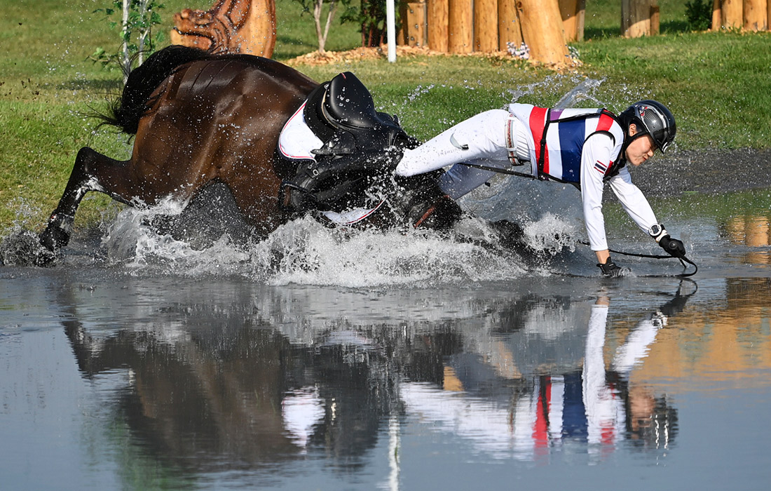 Всадник Аринадта Чаватанонт из Таиланда падает с лошади