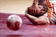Испанский гандболист Рауль Энтрериос после падения во время матча против Германии
