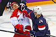 Слева направо: Евгений Медведев (Россия) и Райан Кэллахан (США) в матче группового этапа между сборными командами США и России на соревнованиях по хоккею среди мужчин на XXII зимних Олимпийских играх в Сочи.