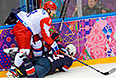 Слева направо: Александр Овечкин (Россия) и Брукс Орпик (США) в матче группового этапа между сборными командами США и России на соревнованиях по хоккею среди мужчин на XXII зимних Олимпийских играх в Сочи.