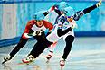 На первом плане: Владимир Григорьев (Россия) в четвертьфинальном забеге на 1000 метров в соревнованиях по шорт-треку среди мужчин на XXII зимних Олимпийских играх в Сочи.