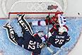 Вратарь команды США Джонатан Куик защищает свои ворота от нападающего Евгения Малкина во время матча  группового этапа между сборными командами США и России на соревнованиях по хоккею среди мужчин на XXII зимних Олимпийских играх в Сочи.