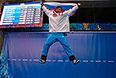 Александр Третьяков (Россия), завоевавший золотую медаль в соревнованиях по скелетону среди мужчин на XXII зимних Олимпийских играх в Сочи, во время цветочной церемонии.