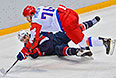 Слева направо: Зак Паризе (США) и Алексей Емелин (Россия) в матче группового этапа между сборными командами США и России на соревнованиях по хоккею среди мужчин на XXII зимних Олимпийских играх в Сочи.