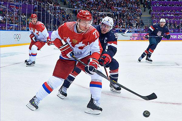 Слева направо: Илья Никулин (Россия), Алексей Терещенко (Россия) и Зак Паризе (США) в матче группового этапа между сборными командами США и России на соревнованиях по хоккею среди мужчин на XXII зимних Олимпийских играх в Сочи.