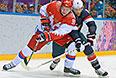Слева направо: Владимир Тарасенко (Россия) и Джо Павелски (США) в матче группового этапа между сборными командами США и России на соревнованиях по хоккею среди мужчин на XXII зимних Олимпийских играх в Сочи.
