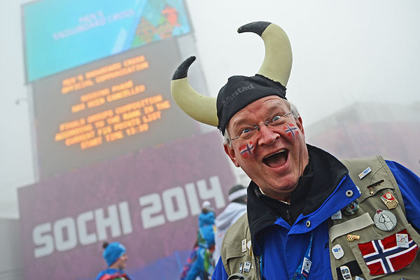 Норвежский болельщик перед началом квалификации сноуборд-кросса на соревнованиях по сноуборду среди мужчин на XXII зимних Олимпийских играх в Сочи.