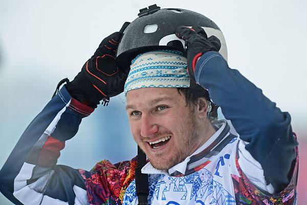 Николай Олюнин (Россия), завоевавший серебряную медаль, после окончания финала сноуборд-кросса на соревнованиях по сноуборду среди мужчин на XXII зимних Олимпийских играх в Сочи.