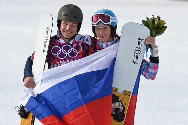 Вик Уайлд (Россия), завоевавший золотую медаль, и Алена Заварзина (Россия), завоевавшая бронзовую медаль, после окончания финала параллельного гигантского слалома на соревнованиях по сноуборду на XXII зимних Олимпийских играх в Сочи.