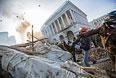 Сторонники оппозиции кидают камни на площади Независимости в Киеве, где начались столкновения митингующих и сотрудников правопорядка.