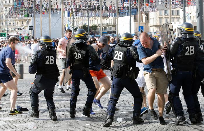 Трое болельщиков из РФ получили тюремные сроки во Франции после драк на Евро