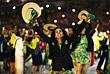 Спортсмены бразильской команды приветствуют стадион