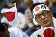 Японский болельщик на мужском плавании на 100 м вольным стилем