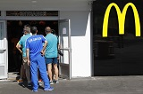 """""""Макдональдс"""" ограничил выдачу еды спортсменам в Рио"""