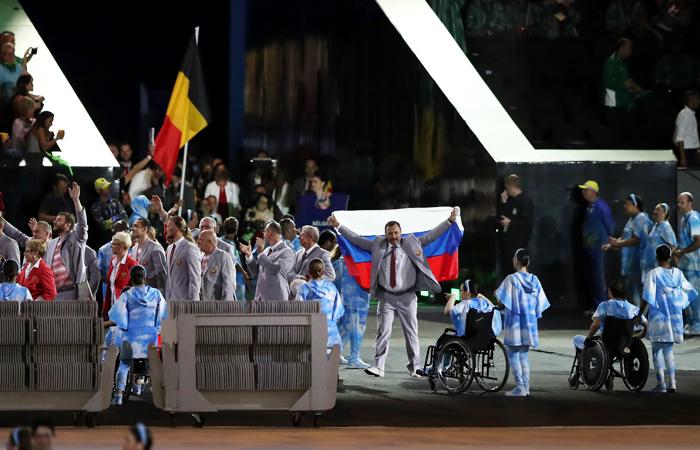 МПК лишил аккредитации пронесшего флаг РФ члена сборной Белоруссии
