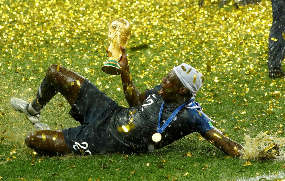 Игрок сборной Франции Бенжамен Менди во время церемонии награждения