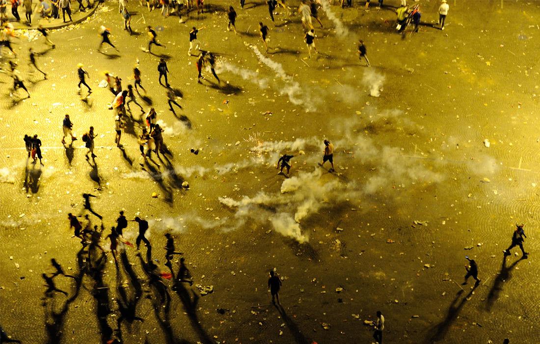 Столкновения фанатов с полицией на Елисейских полях