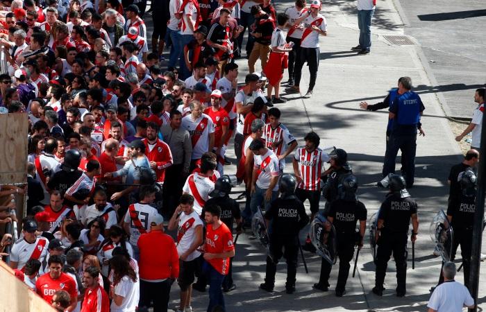 """Футболисты """"Бока Хуниорс"""" пострадали после нападения фанатов """"Ривер Плейт"""""""