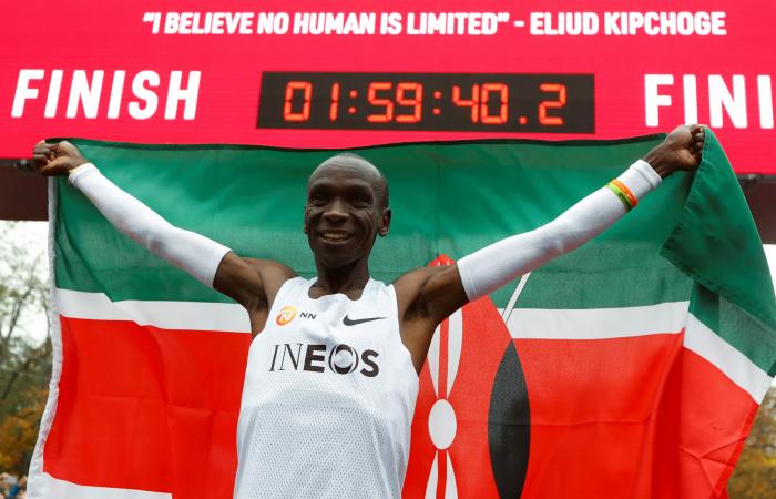 Кенийский бегун первым в истории пробежал марафон менее чем за два часа