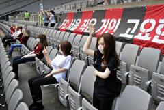 Коронавирус вынудил южнокорейский футбольный клуб посадить на трибуны секс-кукол