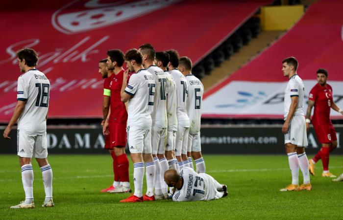 Сборная России в меньшинстве уступила Турции в Лиге наций УЕФА