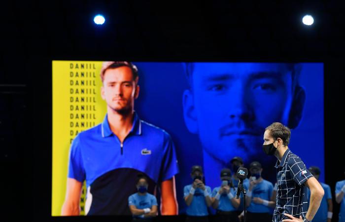 Медведев одержал третью победу на Итоговом турнире АТР