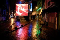 В Турции запретили выходить на улицу в выходные и ввели комендантский час по будням
