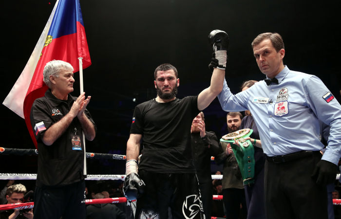 Российский боксер Бетербиев победил Дайнеса, защитив титулы WBC и IBF