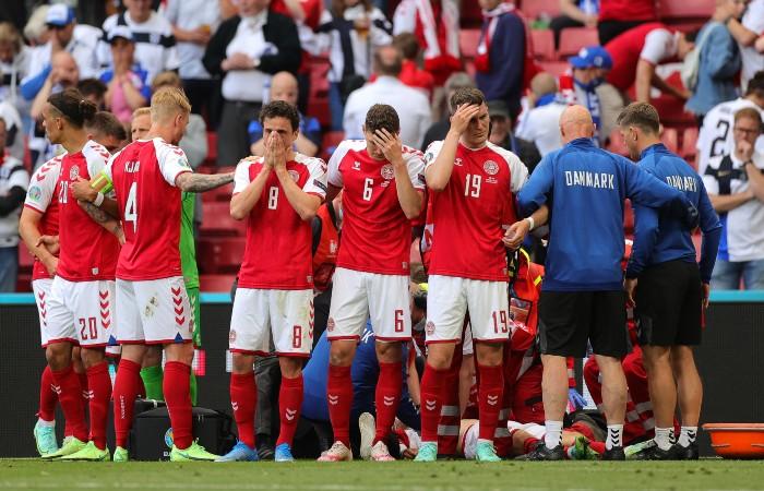 Футболист сборной Дании потерял сознание во время матча Евро-2020