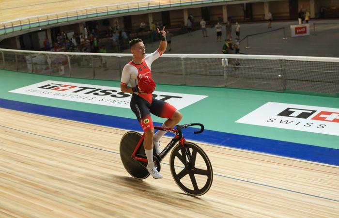 Российскому велогонщику отменили победу на Кубке наций из-за снятого на финише шлема